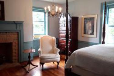 Queen poster bed w/fireplace