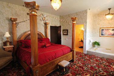 Guestroom with sunken tub