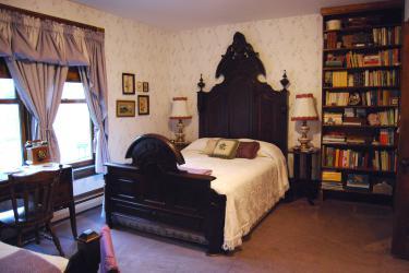 Lydia's Room - sleeps 3, private bath, balcony