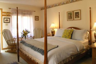 Queen pencil post bed