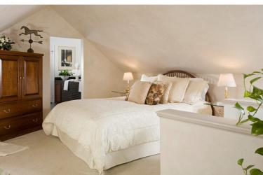 Deluxe suite with queen bed, whirlpool tub, gas fireplace and spectacular view.