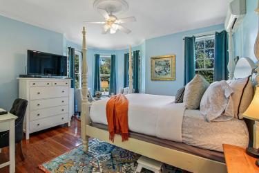 Queen bed with bay window and soaking tub